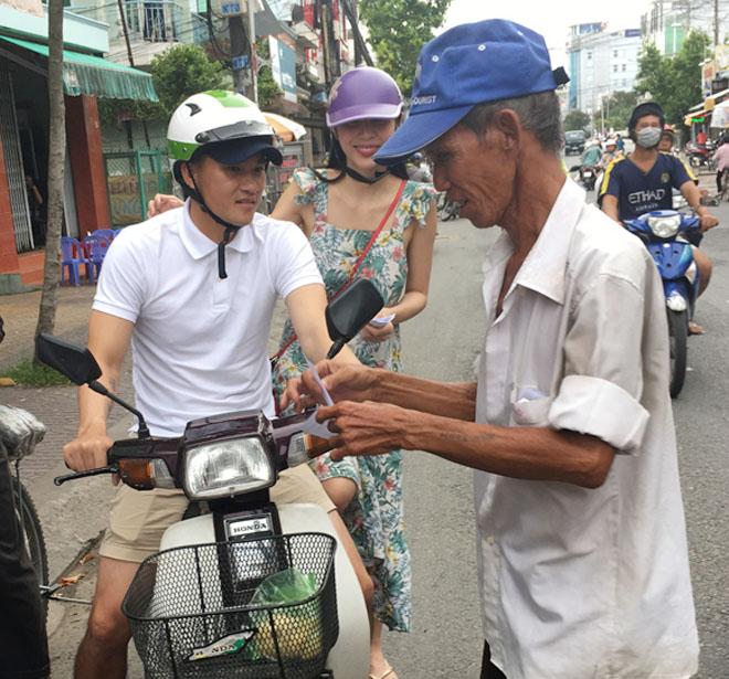 Vợ chồng Thủy Tiên chạy xe máy, mang dép lê về quê làm từ thiện - hình ảnh 2