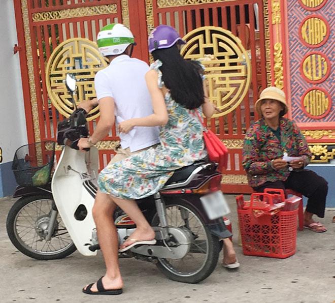 Vợ chồng Thủy Tiên chạy xe máy, mang dép lê về quê làm từ thiện - hình ảnh 6