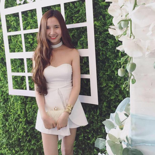 """""""Nóng bừng"""" vì 4 cô vợ hot girl gợi cảm của chân sút Việt - hình ảnh 15"""
