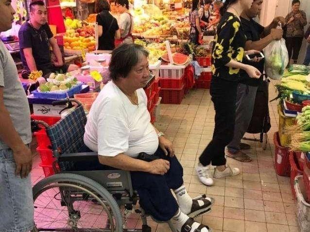 """""""Ông béo"""" làng võ thuật Hong Kong ngồi xe lăn đi chợ mua rau - hình ảnh 1"""