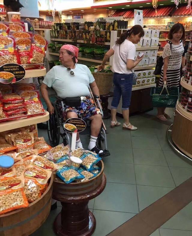 """""""Ông béo"""" làng võ thuật Hong Kong ngồi xe lăn đi chợ mua rau - hình ảnh 2"""