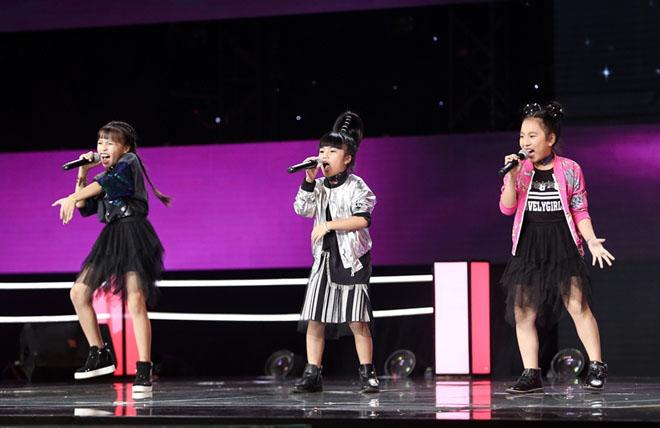 Hương Tràm nhún nhảy cuồng nhiệt, phá lệ hát cùng học trò The Voice Kids - hình ảnh 1