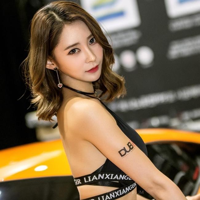 Ngả nghiêng vì nét sexy chết người của mẫu hội chợ đẹp nhất xứ Hàn - hình ảnh 1