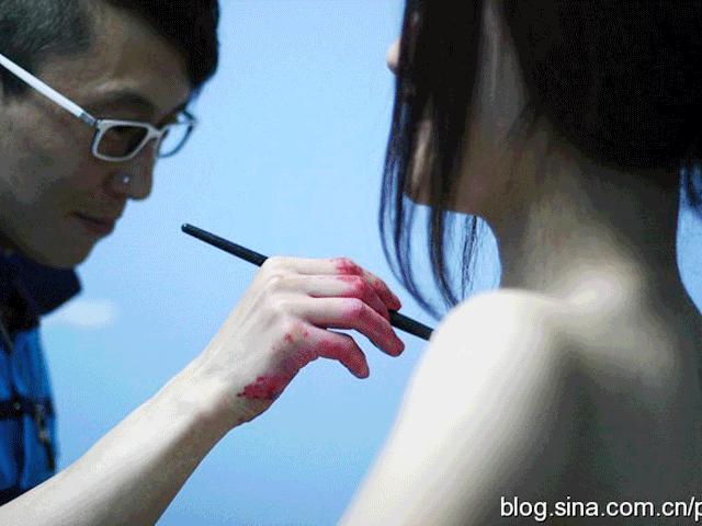 Người mẫu Trung Quốc mặc áo bodypainting cổ vũ bóng đá