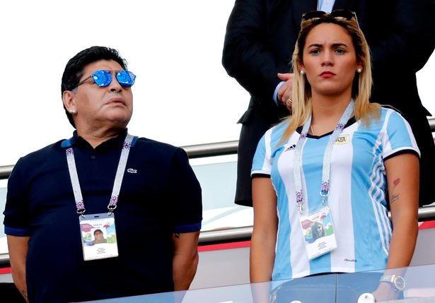 """Mỹ nhân """"đáng tuổi con"""" khóa môi Maradona ở World Cup là ai? - 1"""