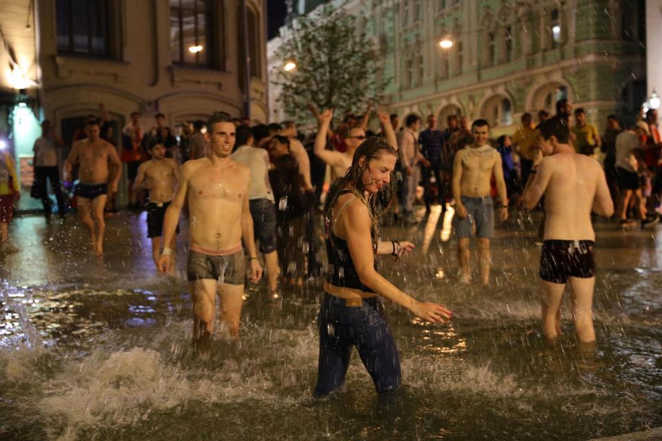 Dân Nga đổ ra phố, cởi quần áo ăn mừng kỳ tích trước TBN - 1