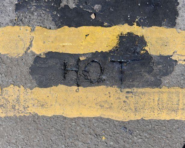 Đường phố Anh chảy ra, biến dạng vì nắng nóng đáng sợ - 2