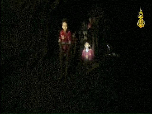 Thái Lan: Khoảnh khắc kì diệu sau 9 ngày đội bóng mất tích trong hang động