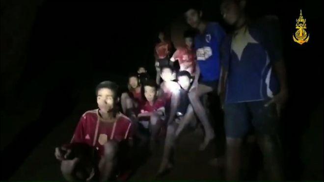 Đội bóng mất tích trong hang Thái Lan: Tìm thấy nhưng cứu ra kiểu gì? - 1