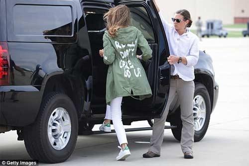 """Nhiều người đắc lợi từ chiếc áo """"Tôi không quan tâm"""" của vợ ông Trump - 1"""