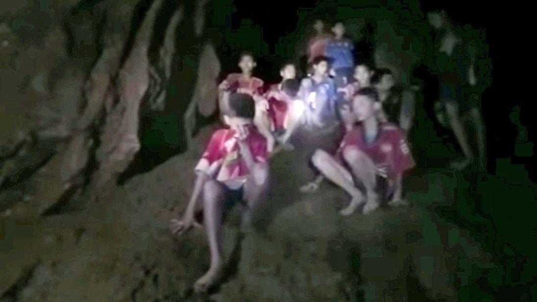 Lý do đội bóng Thái Lan bỏ hết giày, balo vào tới tận cuối hang động - 1
