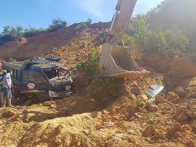 Sập mỏ đất, 2 ô tô bị vùi lấp, tài xế mắc kẹt trong cabin - 1