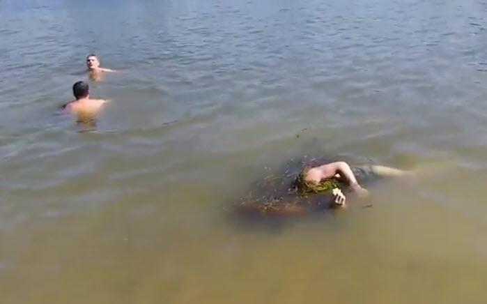 Nga: Hãi hùng cảnh bơi cùng xác chết trên sông - 1