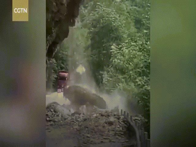 """Cận cảnh vụ sạt lở đất kinh hoàng như """"trong phim """"ở Trung Quốc"""