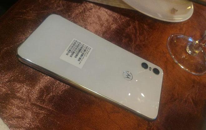 Motorola One bản màu trắng lộ diện, camera kép độc đáo - 1