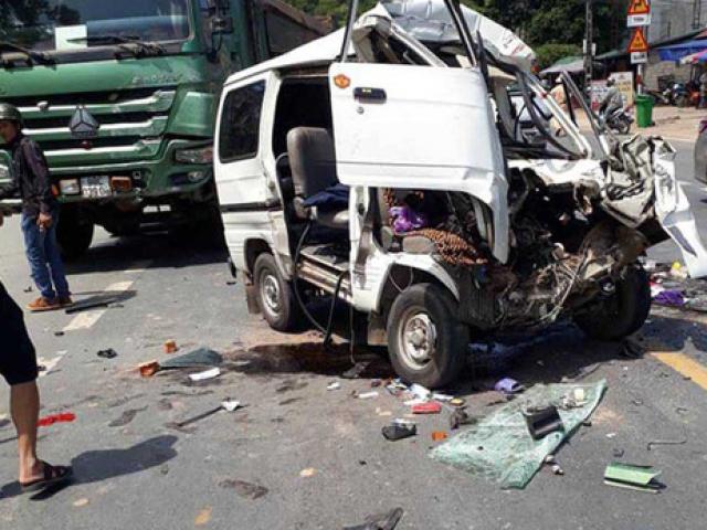 Xe 7 chỗ lộn nhiều vòng, nát bét sau cú tông trực diện với xe tải