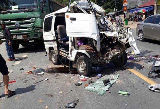 Xe 7 chỗ lộn nhiều vòng, nát bét sau cú tông trực diện với xe tải - 1