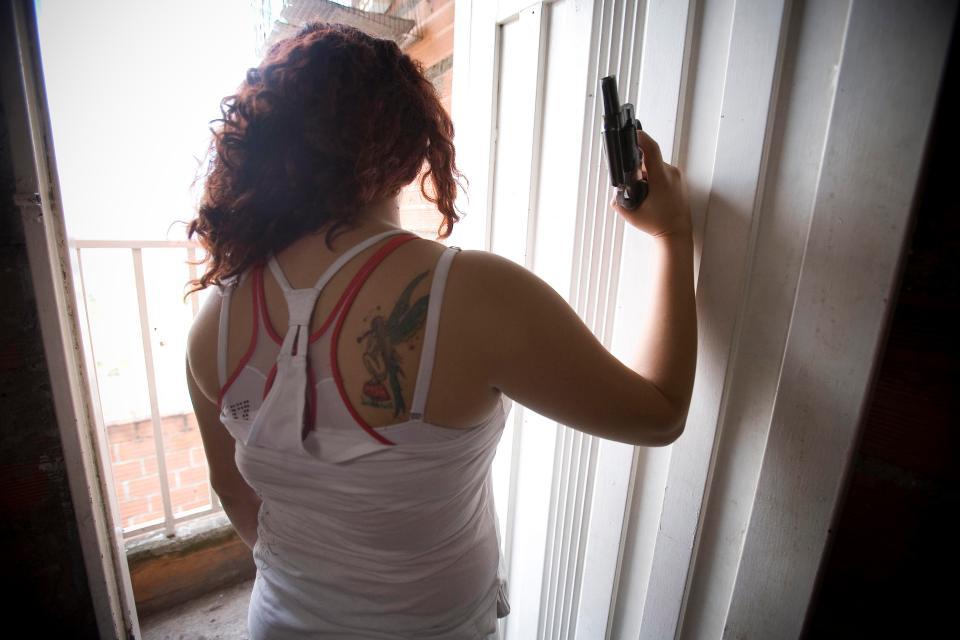Colombia: Những phụ nữ vừa trông con, vừa cầm súng giết thuê - 1