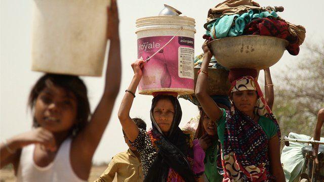 Nắng nóng kỷ lục, phụ nữ Ấn Độ không dám uống nước vì... sợ bị xâm hại - 1