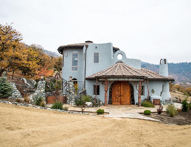 Ngôi nhà nằm ở Oregon được trang trí bắt mắt bằng những tác phẩm điêu khắc bằng gỗ
