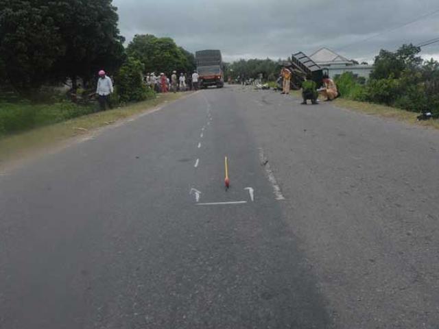 Phút kinh hoàng khi xe tải tông máy cày khiến 22 người thương vong