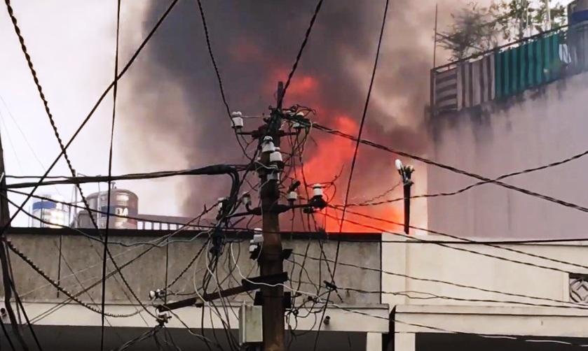 """Cháy nhà phía sau chợ Hòa Hưng, cả trăm tiểu thương """"ngồi trên đống lửa"""" - 1"""
