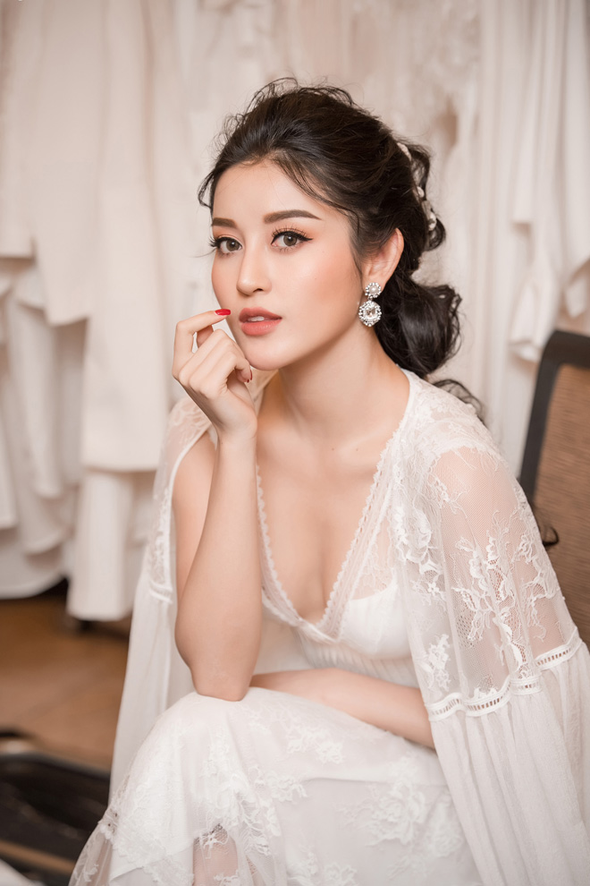 Á hậu Huyền My lấp ló ngực đầy trong làn váy trắng mỏng manh - hình ảnh 1