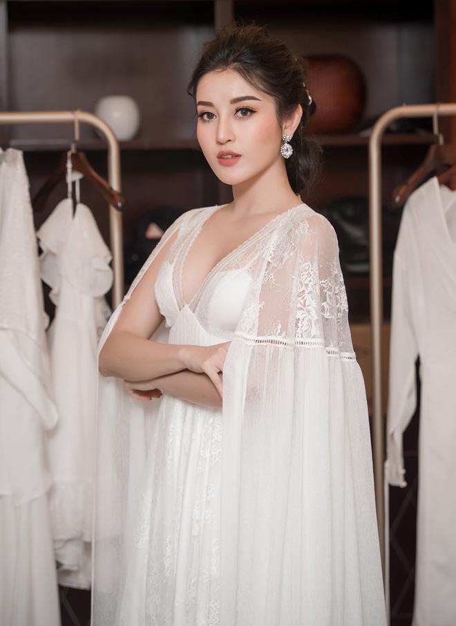 Á hậu Huyền My lấp ló ngực đầy trong làn váy trắng mỏng manh - hình ảnh 2
