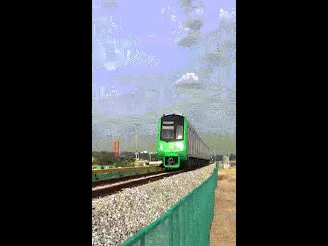 Clip: Đoàn tàu Cát Linh - Hà Đông lao vun vút trên đường ray