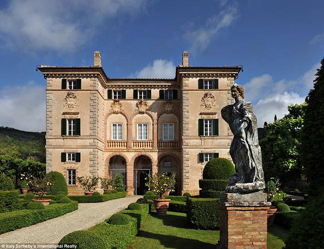 Căn biệt thự có từ thế kỷ 17 này nằm ở quận Ancaiano gần thành phố Siena và được xây dựng vào năm 1680 cho Giáo hoàng Alexander VII.