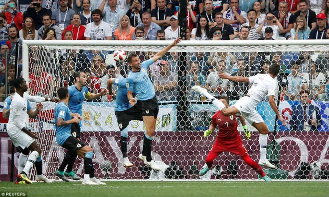 Pháp lập mưa kỳ tích World Cup, người hùng Griezmann lộ lí do không ăn mừng - 1
