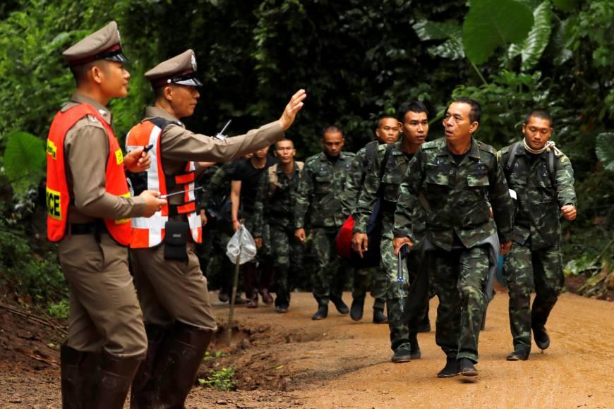 Giải cứu đội bóng Thái Lan: 18 thợ lặn tiến vào hang sâu - 1