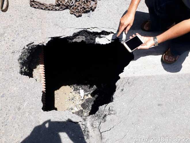 """Nguyên nhân bất ngờ khiến xe buýt """"lọt"""" hố sâu trên đường La Thành - 1"""