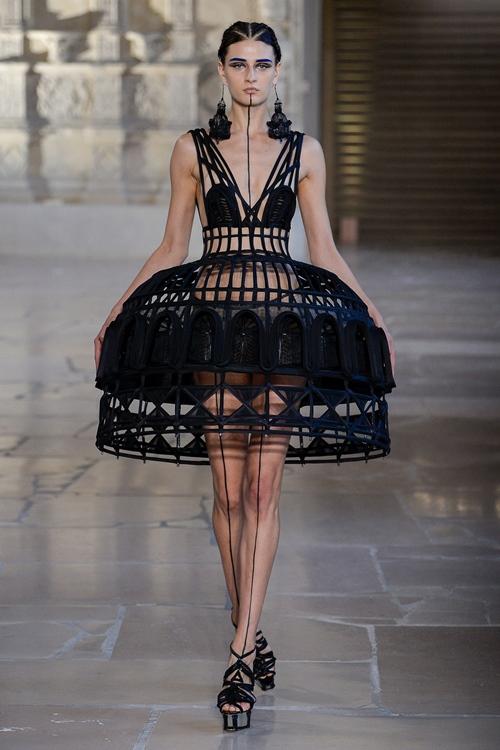 Tròn mắt với váy áo lập dị tại sàn diễn Haute Couture - 1