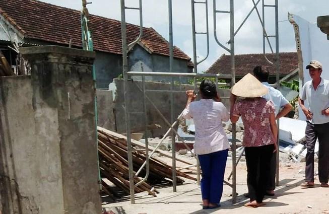 3 người thương vong do tường nhà cũ đổ sập - 1