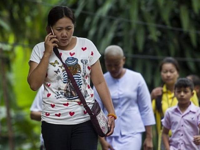 Giải cứu đội bóng Thái Lan: Cha mẹ không biết con thoát khỏi hang