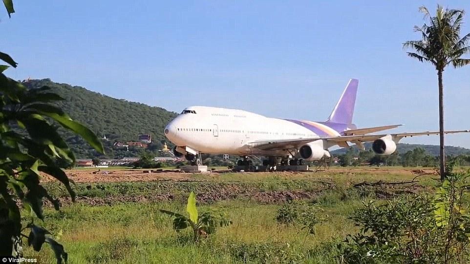 Thái Lan: Tỉnh dậy sau một đêm, ngỡ ngàng thấy Boeing 747 trên cánh đồng - 1