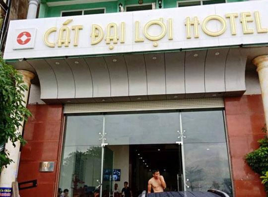 """Đâu là sự thật chủ khách sạn đuổi, """"chặt chém"""" khách ở Sầm Sơn? - 1"""