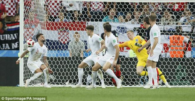 """Sự cố đỏ mặt World Cup: SAO tuyển Anh cản bóng """"đúng chỗ hiểm"""" - 1"""