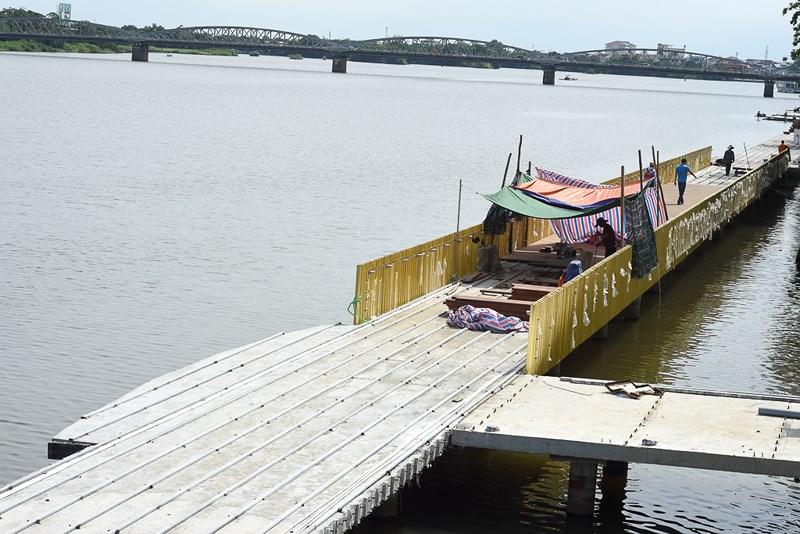 Cận cảnh con đường gỗ lim hàng chục tỷ bên sông Hương - 1