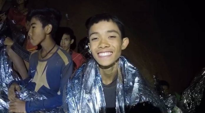 Cậu bé đầu tiên được giải cứu khỏi hang Thái Lan lần đầu kể chuyện - 1