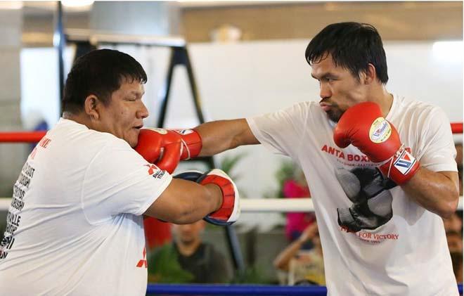 """Tin nóng võ thuật 14/7: Pacquiao lỡ tay khiến HLV """"bay"""" vài chiếc răng - 1"""