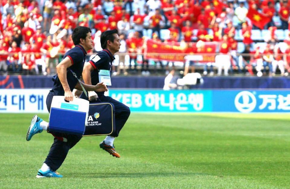 Bác sĩ đội tuyển bóng đá Việt Nam chỉ cách sơ cứu do chấn thương khi chơi đá bóng - 2