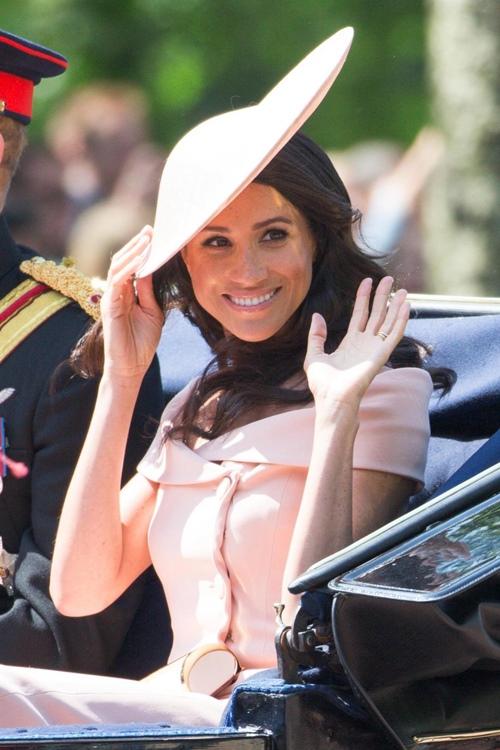 Làm dâu hoàng gia mới 2 tháng, Meghan Markle đã chi gần 5 tỷ mua váy áo - 10