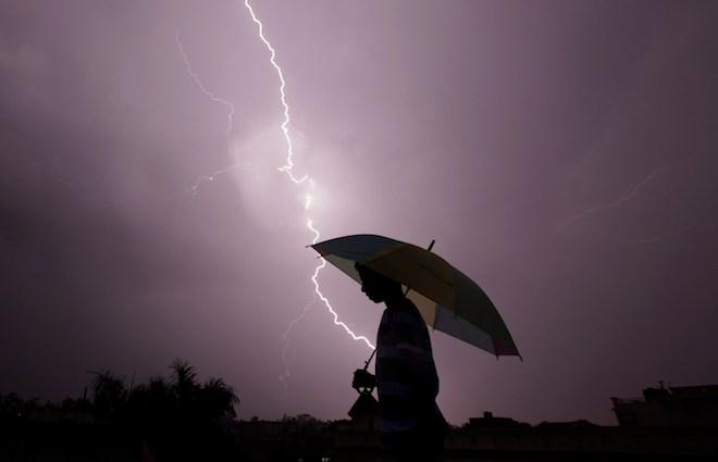 Nghe điện thoại di động giữa trời giông bão có gây nguy hiểm? - 1