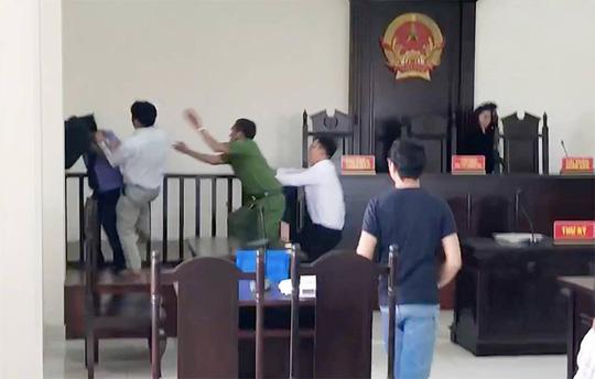 """Thua kiện, """"Chí Phèo"""" Bình Chánh đánh nhiều người tại tòa - 1"""