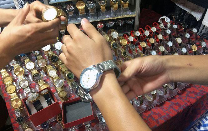 """Lật tẩy chiêu trò """"gian thương"""" bán đồng hồ giả, giá hàng hiệu - 1"""