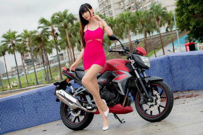Ngọc nữ tạo dáng bên môtô đốn đổ triệu con tim phái mạnh