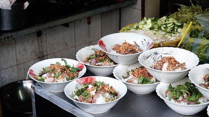 """Quán phở chua bán 5 tiếng mỗi ngày, khách """"check-in"""" ầm ầm ở Sài Gòn - 2"""