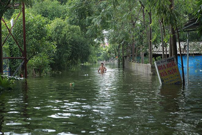 nước ngập đến tận cổ, người dân thủ đô lội trong nước